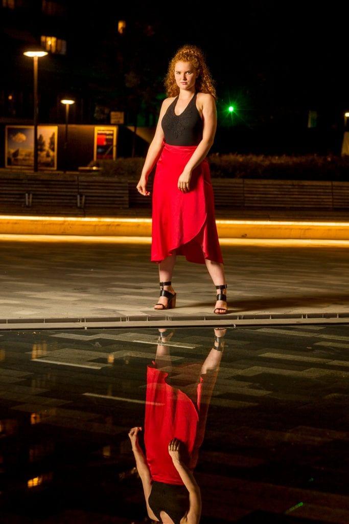 Fotoshoot bij avondlicht plein in Emmen