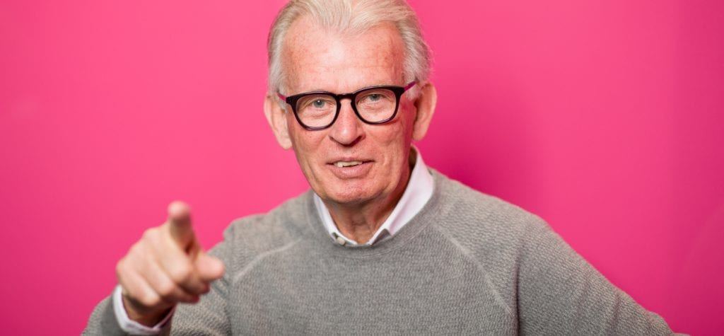 Henk poseert voor zijn functie bij de Rabobank