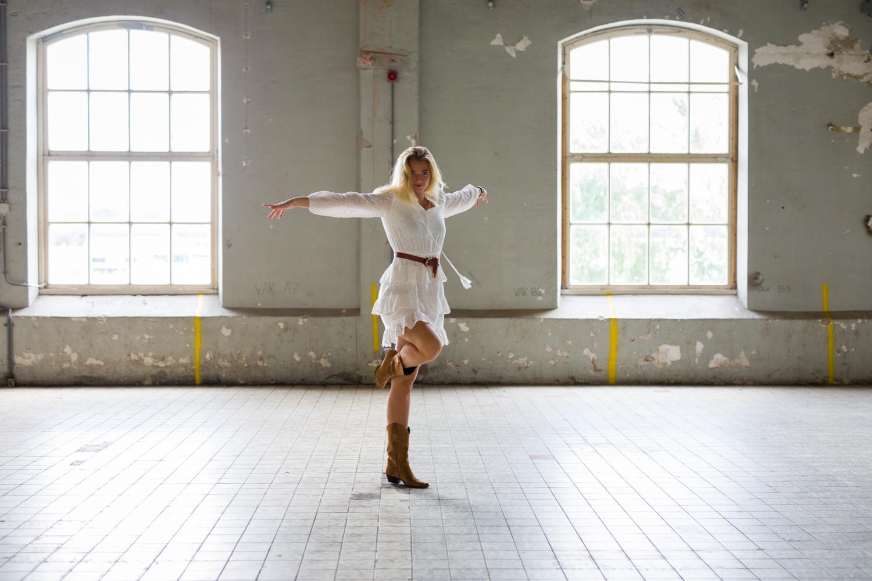 Manon in een danspose in de grote zaal van de voormalige Suikerunie