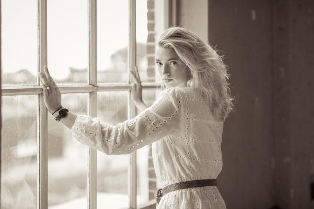 Fotoshoot in de voormalige Suikerunie: Manon voor een raam.