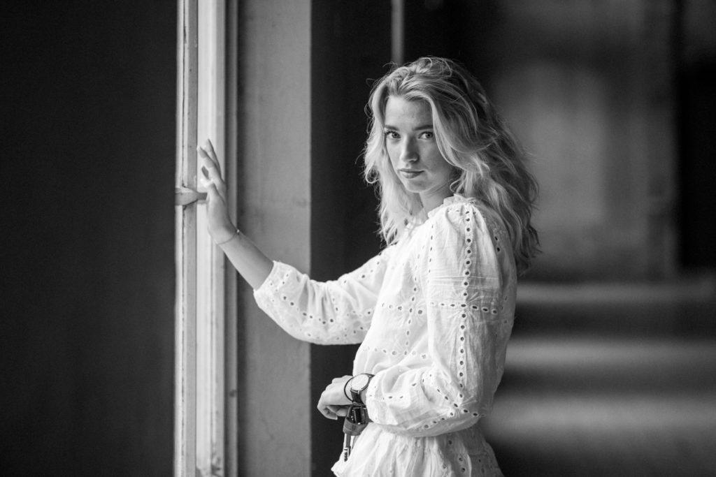 Fotoshoot in zwart-wit Manon voor een raam