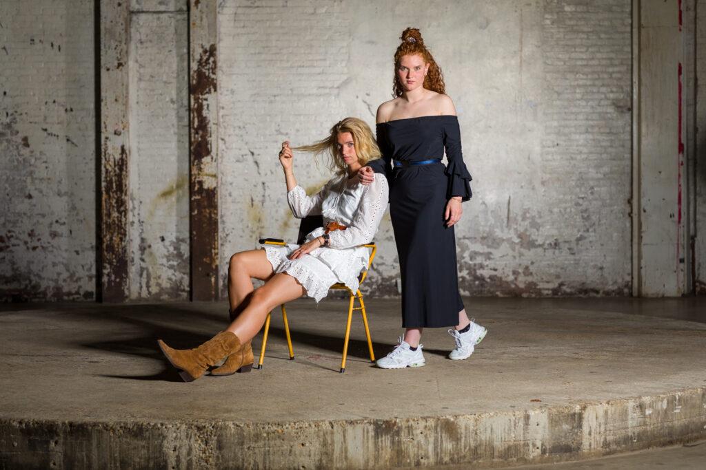 Manon Zijlstra en Pien Zwart op de set in Groningen