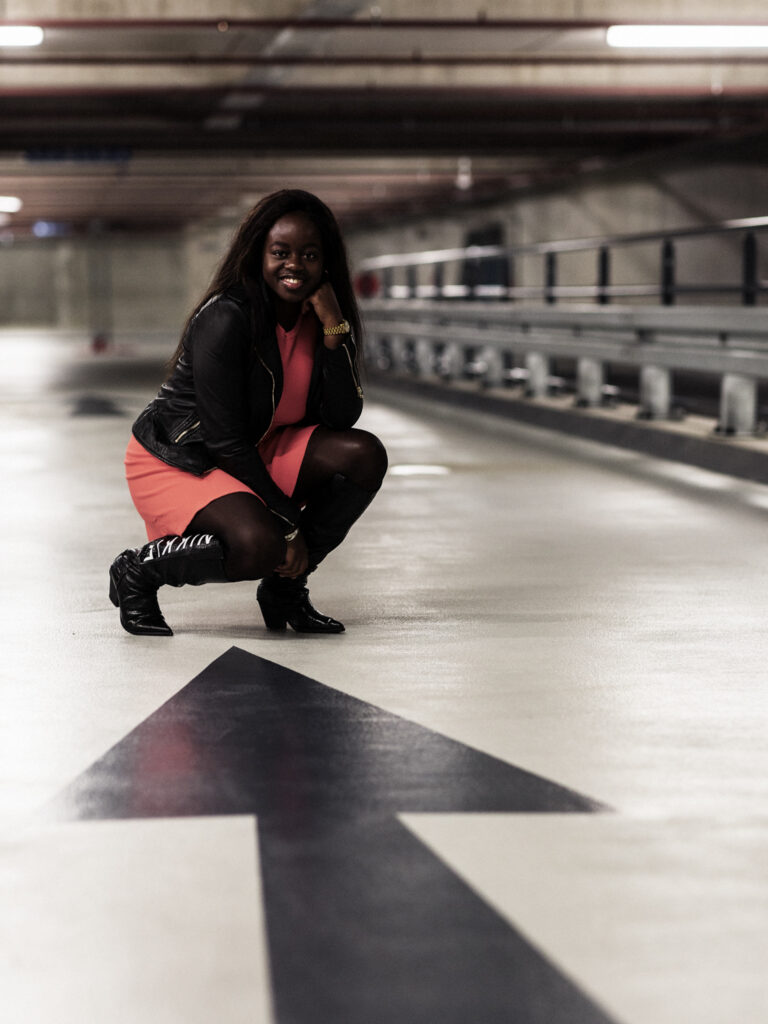 Eva stoer op de foto in de parkeergarage Emmen centrum