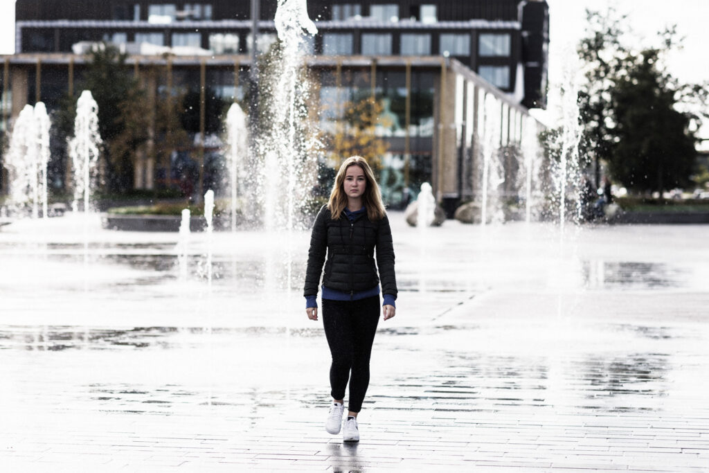 Chrissy voor de fonteinen in het centrum van Emmen