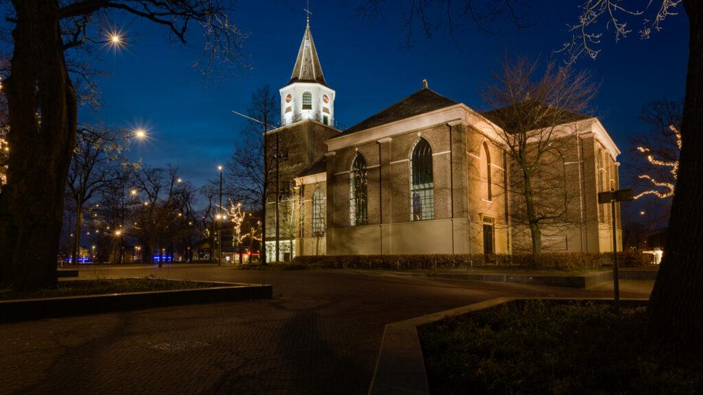 De grote kerk in Emmen bij nacht