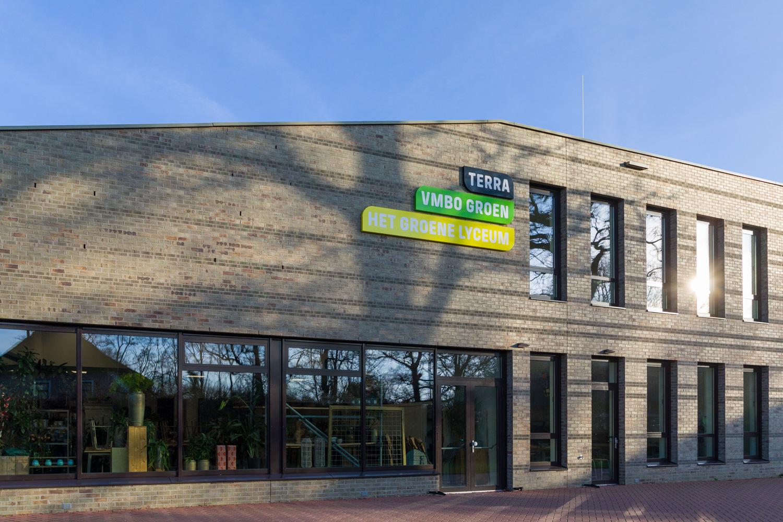 Terra College buitenzijde met logo